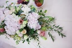 Flores da tabela do casamento do serviço Departamento do projeto para recém-casados Foto de Stock Royalty Free