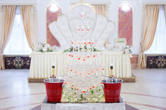 Flores da tabela do casamento do serviço Departamento do projeto para recém-casados Imagem de Stock Royalty Free