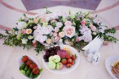 Flores da tabela do casamento do serviço Departamento do projeto para recém-casados Imagens de Stock Royalty Free