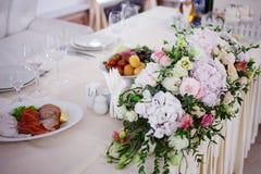 Flores da tabela do casamento do serviço Departamento do projeto para recém-casados Imagem de Stock