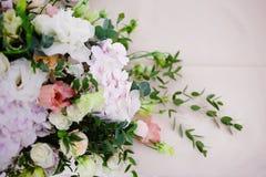 Flores da tabela do casamento do serviço Departamento do projeto para recém-casados Fotografia de Stock Royalty Free
