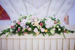 Flores da tabela do casamento do serviço Departamento do projeto para recém-casados Foto de Stock