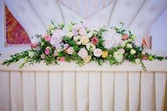 Flores da tabela do casamento do serviço Departamento do projeto para recém-casados Fotos de Stock Royalty Free