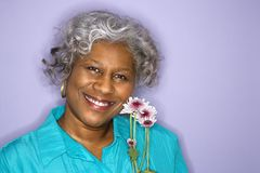 Flores da terra arrendada da mulher. Foto de Stock Royalty Free
