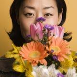 Flores da terra arrendada da mulher. fotos de stock royalty free