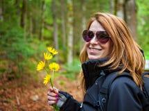 Flores da terra arrendada da mulher Imagem de Stock Royalty Free