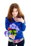 Flores da terra arrendada da mulher nova Foto de Stock Royalty Free