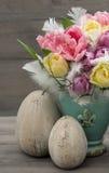 Flores da tulipa com a decoração dos ovos da páscoa do vintage Fotos de Stock