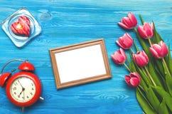 Flores da tulipa e quadro vazio da foto no fundo de madeira com espaço da cópia conceito do dia da mulher fundo romântico Imagem de Stock Royalty Free