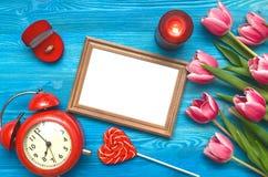 Flores da tulipa e quadro vazio da foto no fundo de madeira com espaço da cópia conceito do dia da mulher fundo romântico Imagens de Stock Royalty Free