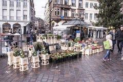 Flores da venda dos negociantes no mercado Foto de Stock Royalty Free