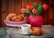 Flores da xícara de café, da pastelaria e da tulipa Foco seletivo Fotografia de Stock