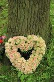 Flores dadas fôrma coração da simpatia Imagens de Stock