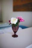 Flores das peônias em um vaso no interior fotografia de stock