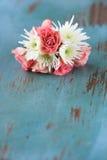 Flores das rosas e dos Mums na tabela imagem de stock
