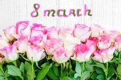 Flores das rosas Vista superior Conceito o 8 de março, dia feliz do ` s das mulheres Imagens de Stock Royalty Free