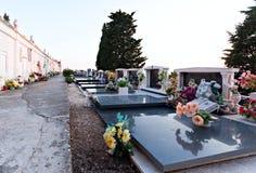 Flores das sepulturas do cemitério e lugar da paz da lápide Fotos de Stock Royalty Free