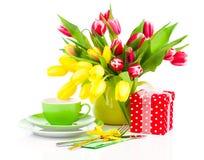 Flores das tulipas com chá do copo Fotos de Stock