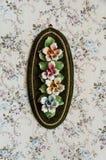 Flores de cerámica en la pared floral Foto de archivo libre de regalías