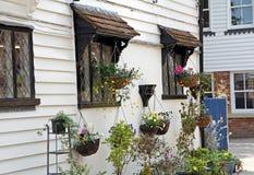 Flores de cestas de la ejecución de la cabaña Imagen de archivo libre de regalías