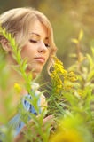 Flores de cheiro da menina caucasiano bonita imagens de stock