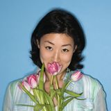 Flores de cheiro da mulher. imagem de stock