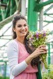 Flores de compra da jovem mulher Fotografia de Stock Royalty Free