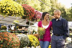 Flores de compra de los pares. Imagen de archivo