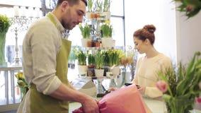 Flores de compra do florista e da mulher no florista vídeos de arquivo