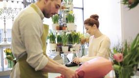 Flores de compra do florista e da mulher no florista filme