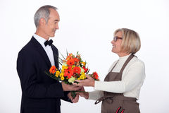 Flores de compra do homem Fotos de Stock