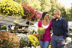 Flores de compra dos pares. Imagem de Stock