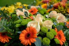 Flores de corte de incandescência - dia de Valentim fotos de stock royalty free