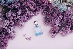 Flores de cristal del tarro y de la lila en el fondo para el balneario y el aromatherapy, espacio de la copia para el texto imágenes de archivo libres de regalías