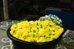 Flores de festões do deus no close up da noite do mercado disparado na cesta imagens de stock