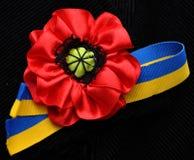 Flores de la amapola y bandera rojas del ucraniano de la cinta Imagen de archivo