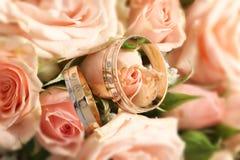 Flores de la boda con los anillos de oro Imágenes de archivo libres de regalías