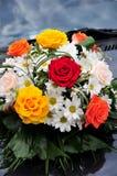 Flores de la boda en el coche Imágenes de archivo libres de regalías