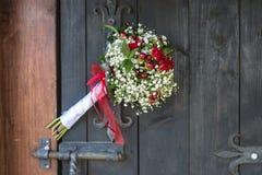 Flores de la boda en tirador de puerta Imágenes de archivo libres de regalías