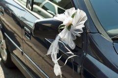 Flores de la boda en un espejo de coche Imagen de archivo
