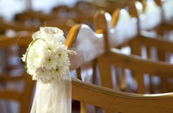 Flores de la boda en una iglesia fotos de archivo