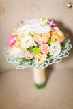 Flores de la boda y decoración hermosa de los anillos Foto de archivo