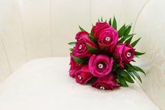 Flores de la boda y decoración hermosa de los anillos Fotografía de archivo
