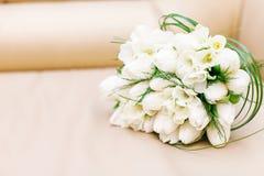 Flores de la boda y decoración hermosa de los anillos Fotografía de archivo libre de regalías