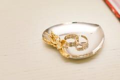 Flores de la boda y decoración hermosa de los anillos Foto de archivo libre de regalías