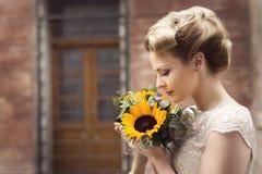 Flores de la boda y una novia Foto de archivo