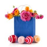 Flores de la bolsa de papel y huevos de Pascua Fotografía de archivo libre de regalías