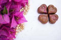 Flores de la buganvilla, perlas e ingenio rosados de cuatro corazones del chocolate fotos de archivo