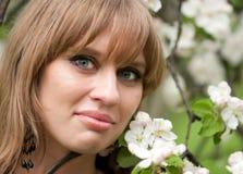 Flores de la cara y del manzana-árbol de la muchacha Fotografía de archivo