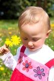 Flores de la chica joven y del resorte Fotos de archivo libres de regalías